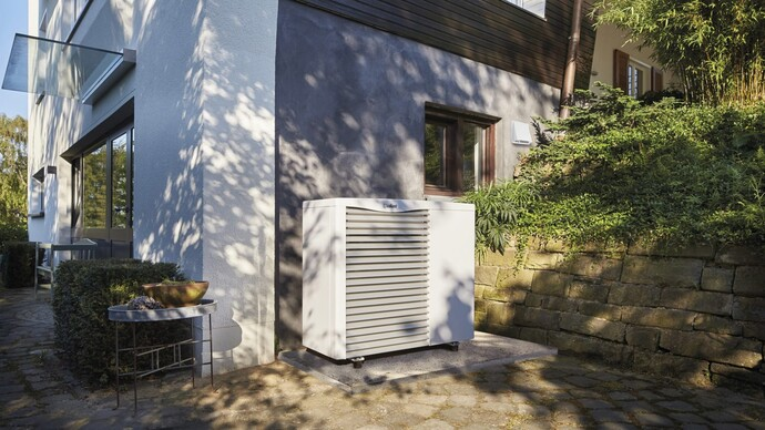 Lucht/water-warmtepomp aroTHERM naast woning