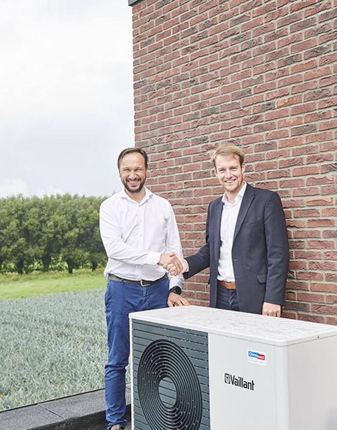 Dries Beernaert, ingénieur commercial chez Vaillant (à droite) et l'installateur Vincent Vanderheyde