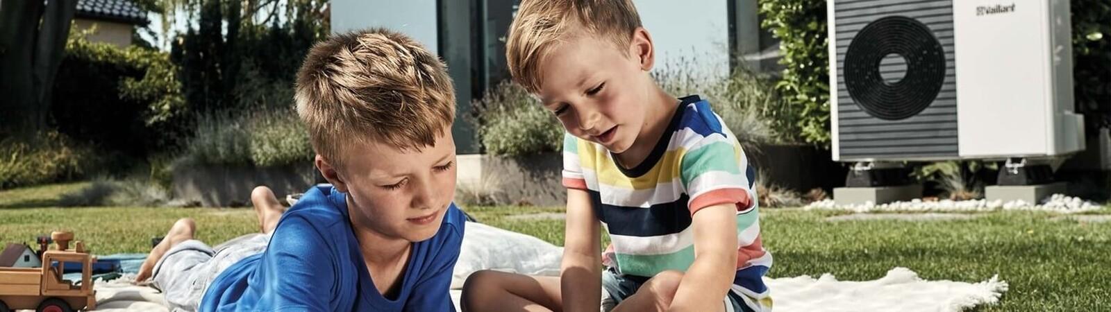 Foto van kinderen die spelen voor een aroTHERM split lucht/water-warmtepomp