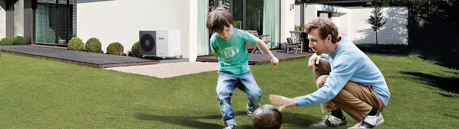 Spelend kind met vader en aroTHERM split warmtepomp op achtergrond