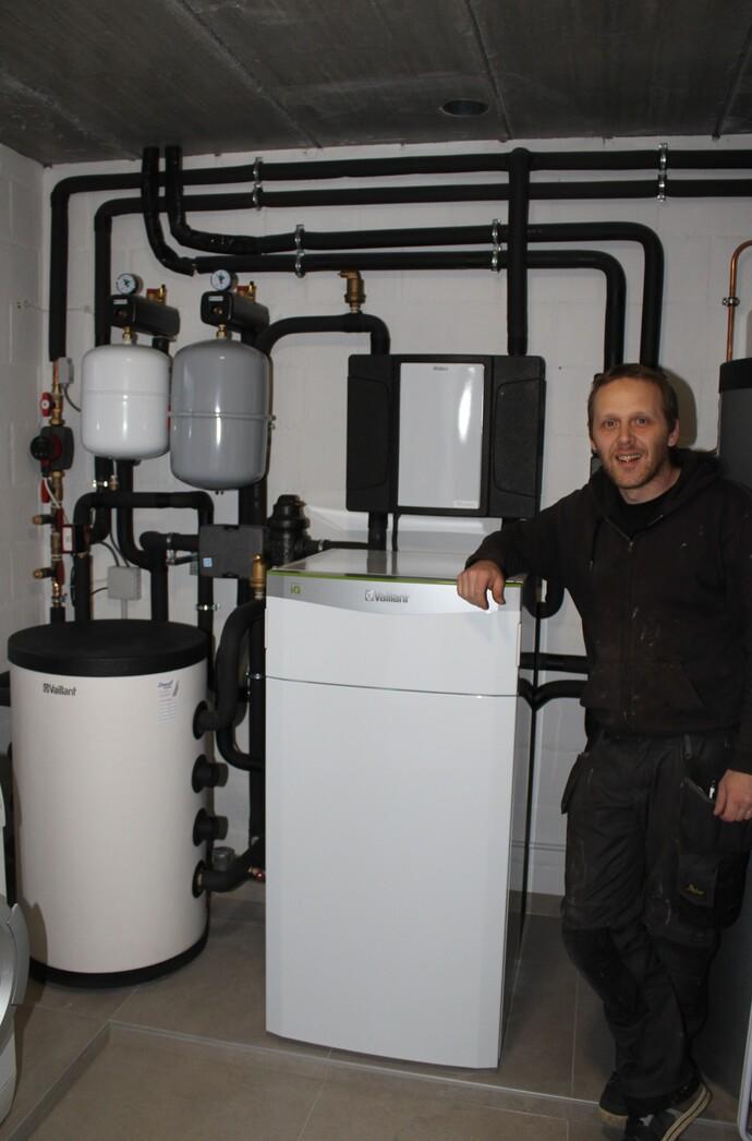 Installateur Harry Dewulf naast zijn Vaillant warmtepomp flexoTHERM exclusive.