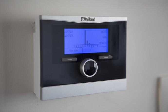 De thermostaat berekent hoeveel warmte er nodig is om de gevraagde binnentemperatuur te halen en welk toestel die het zuinigst kan produceren.