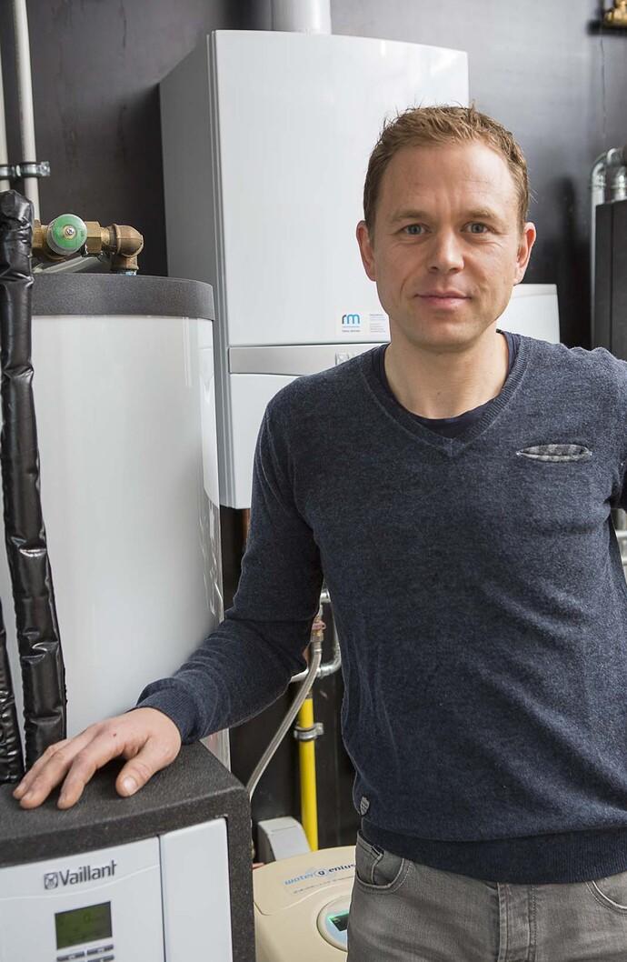 Installateur Ronny: Il est faux de croire que le chauffe-eau solaire fonctionne uniquement pendant les journées ensoleillées en été.