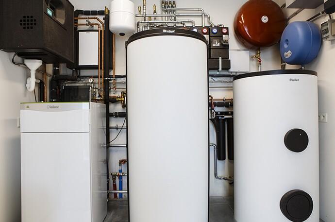 Image de l'installation avec une pompe à chaleur flexoTHERM exclusive et un chauffe-eau solaire geoSTOR