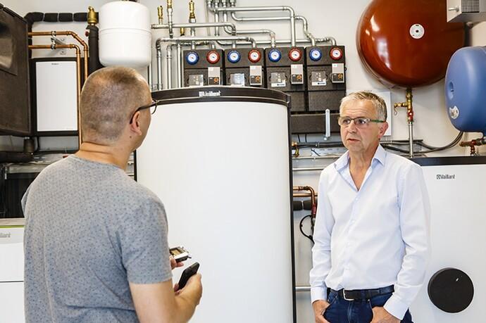 Installateur Patrick Verbeken en face du réservoir tampon allSTOR plus