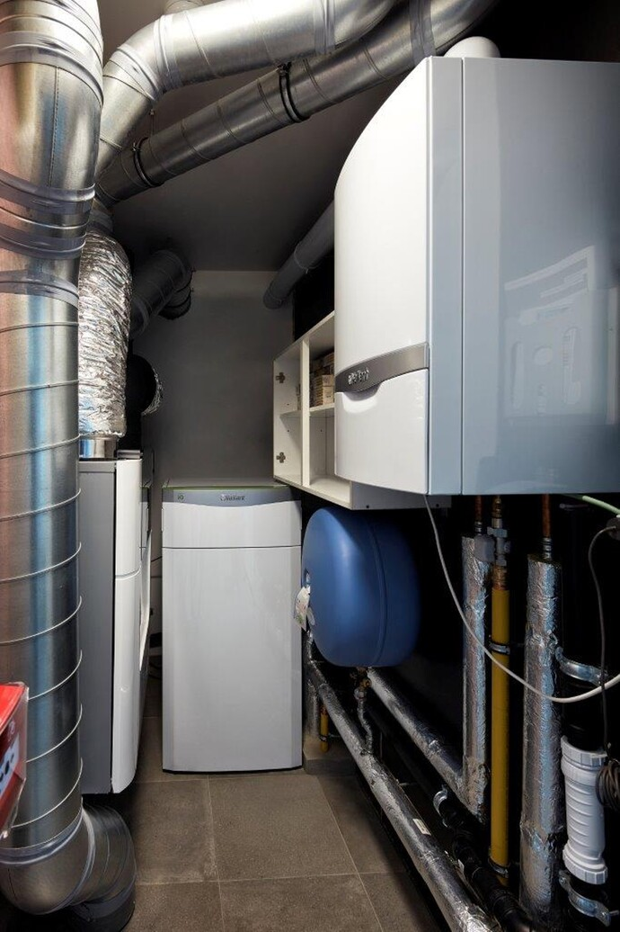 Installation hybride, pompe à chaleur sol/eau flexoTHERM 157/4 (15 kW) avec chaudière à condensation au gaz ecoTEC plus VC 306 (30 kW) et refroidissement passif